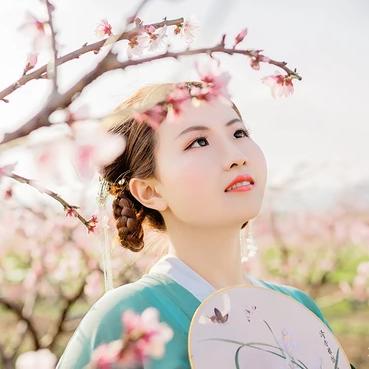 桃花树下带团扇女生头像,唯美