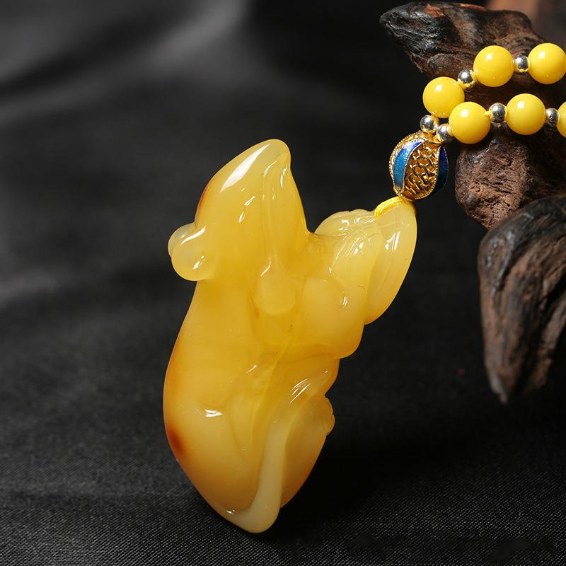 鸡油黄蜜蜡福鼠吊坠