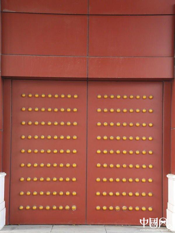 红地黄乳钉传统中式大门