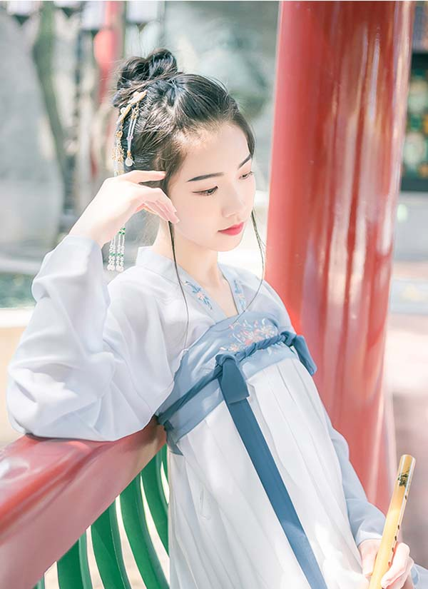 白蓝淡雅唐制高腰绣花齐胸襦裙