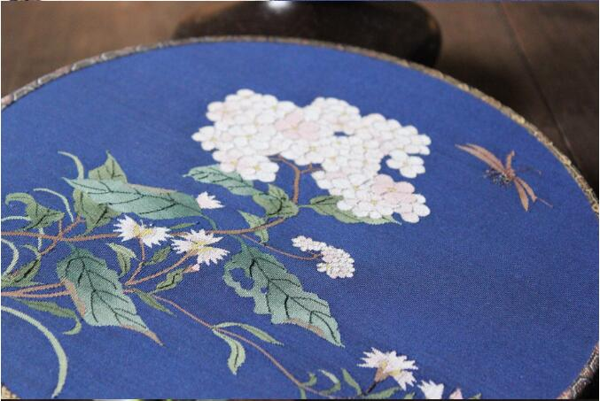 中国风蓝底绣球花缂丝团扇