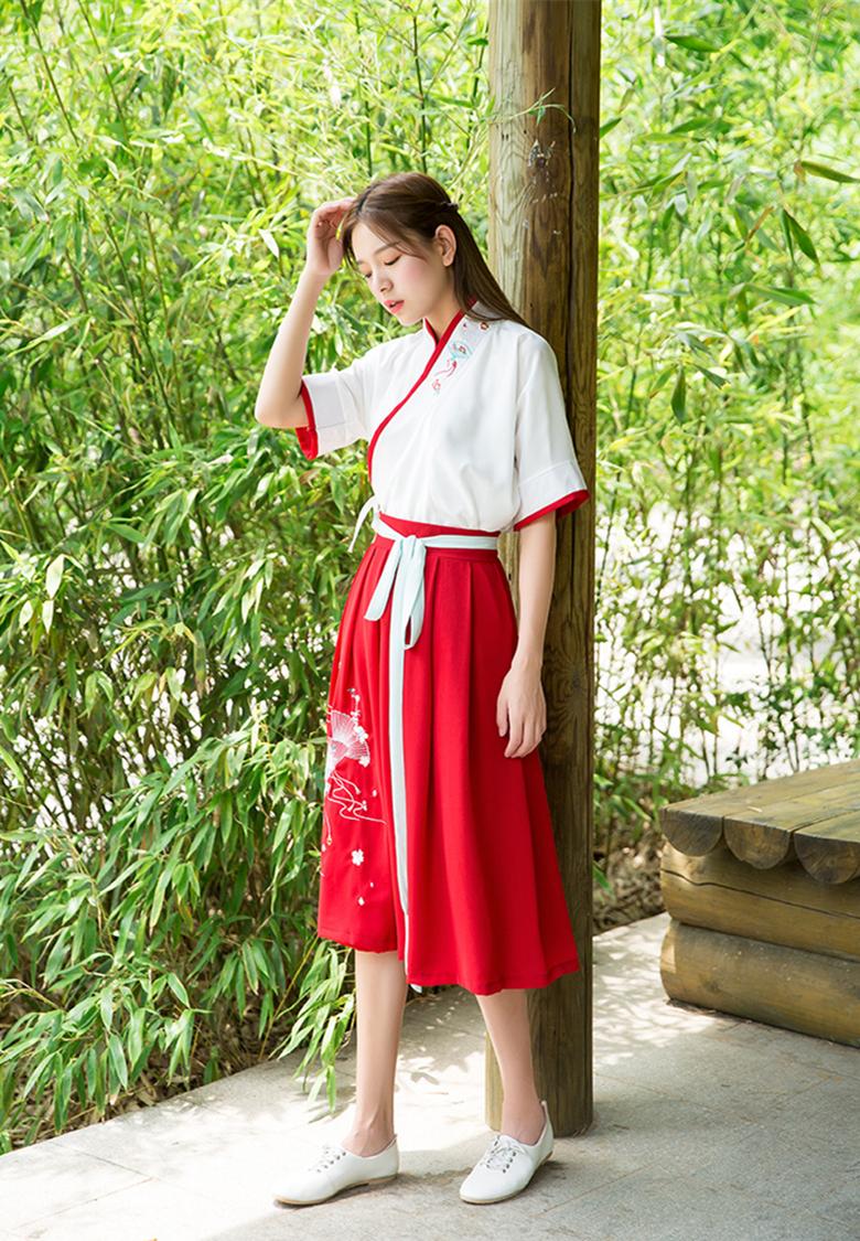汉元素交领红白拼接绣扇夏装