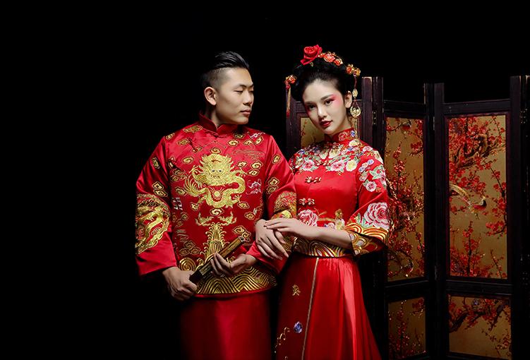 新郎新娘精致中式绣花礼服。