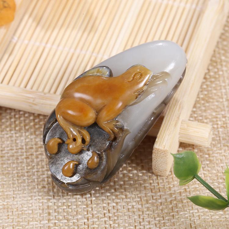 呱呱来财天然玉石挂件,新疆和田玉青蛙手把件