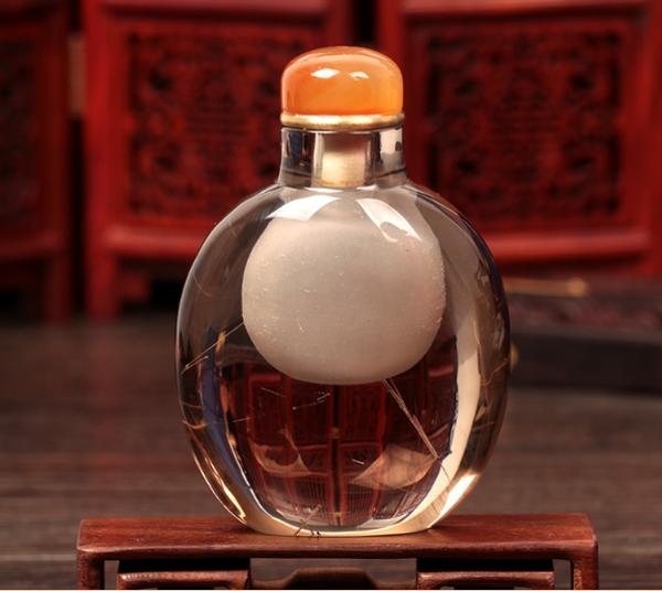 象征财富的天然通透水晶鼻烟壶