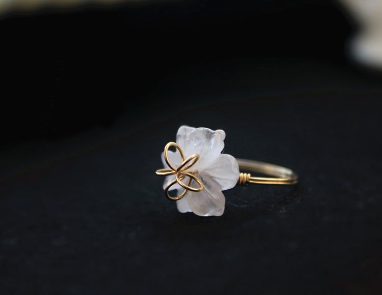 甜美的植物花卉天然粉水晶雕花戒指