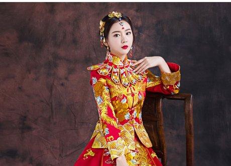 红色长款拖尾中式礼服,精美刺