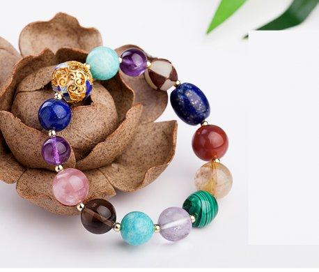 色彩鲜艳的手工复古多宝手串