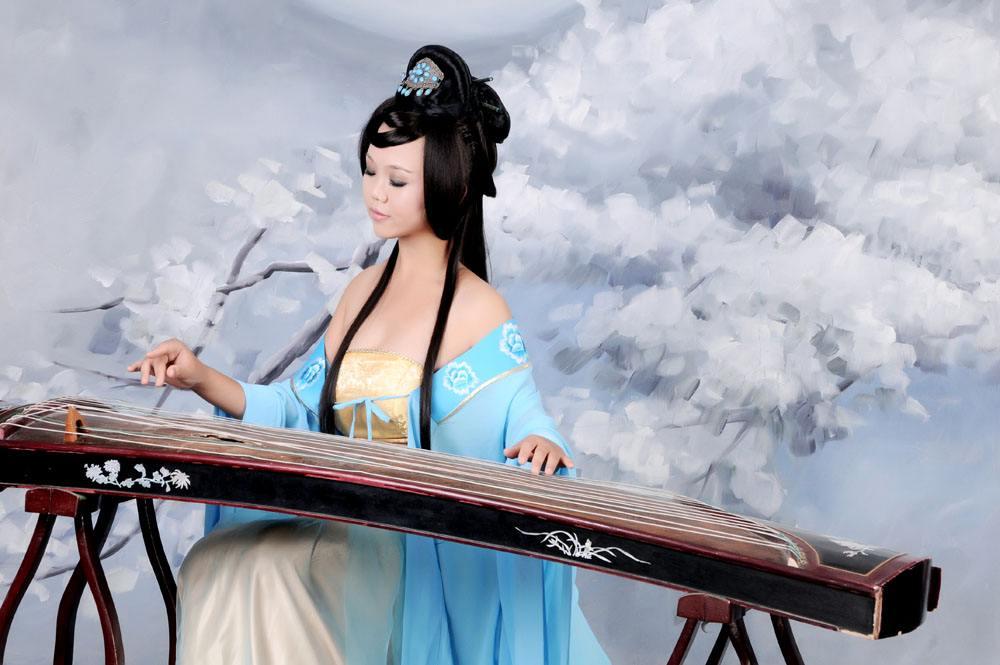 古色古香的古筝美女,静静倾听古筝乐器语