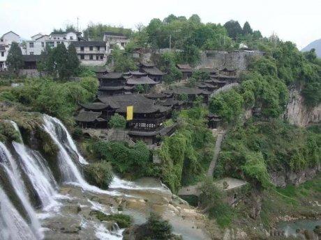 一座挂在瀑布上的古镇,