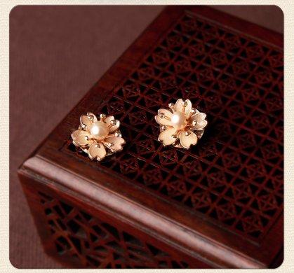 珍珠花朵耳钉:简约小巧耳饰耳