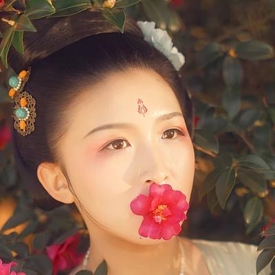 娇艳红花带团扇女生头像:唯美古风真人头像