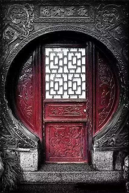 见证历史沧桑风雨的古老大门