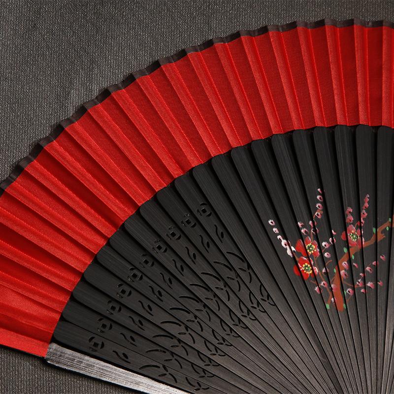 古典丝绸梅花折扇:花香满溢的扇子