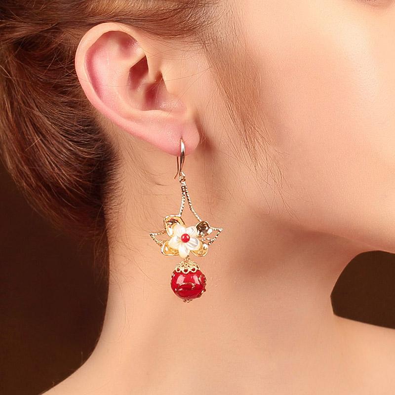 娇艳花朵耳环:展现风情万种的红