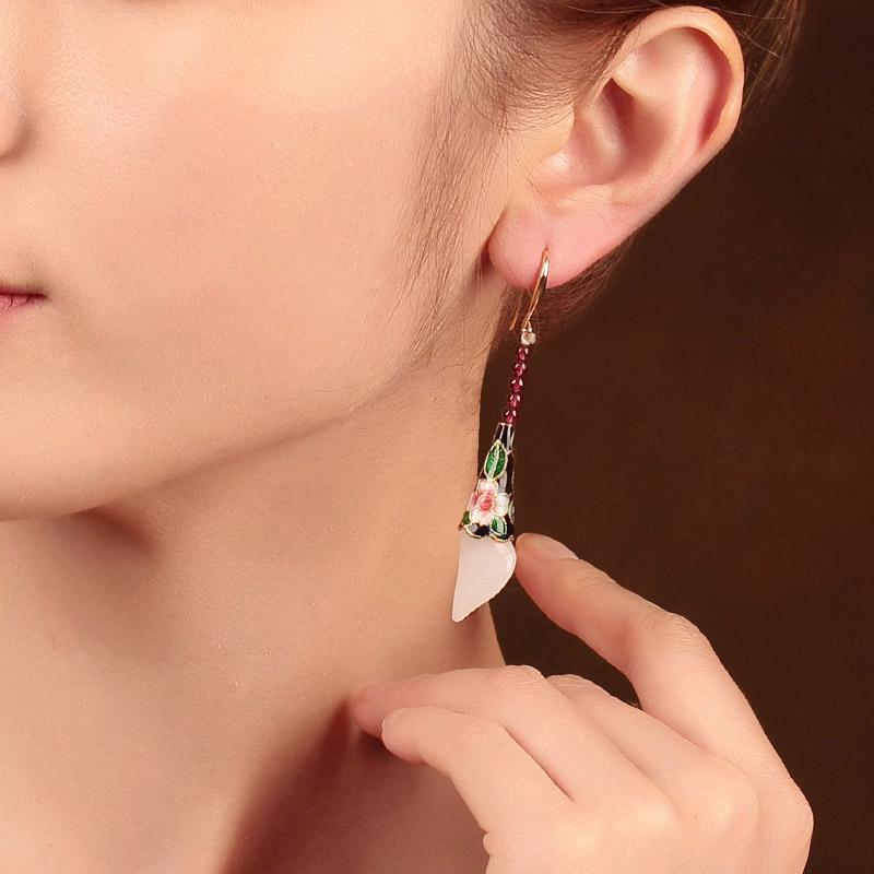 白玉马蹄莲耳环:洋溢华美气质