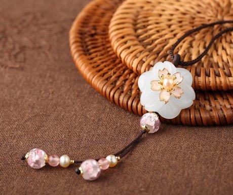 淡粉花朵项链:犹如美人绽放